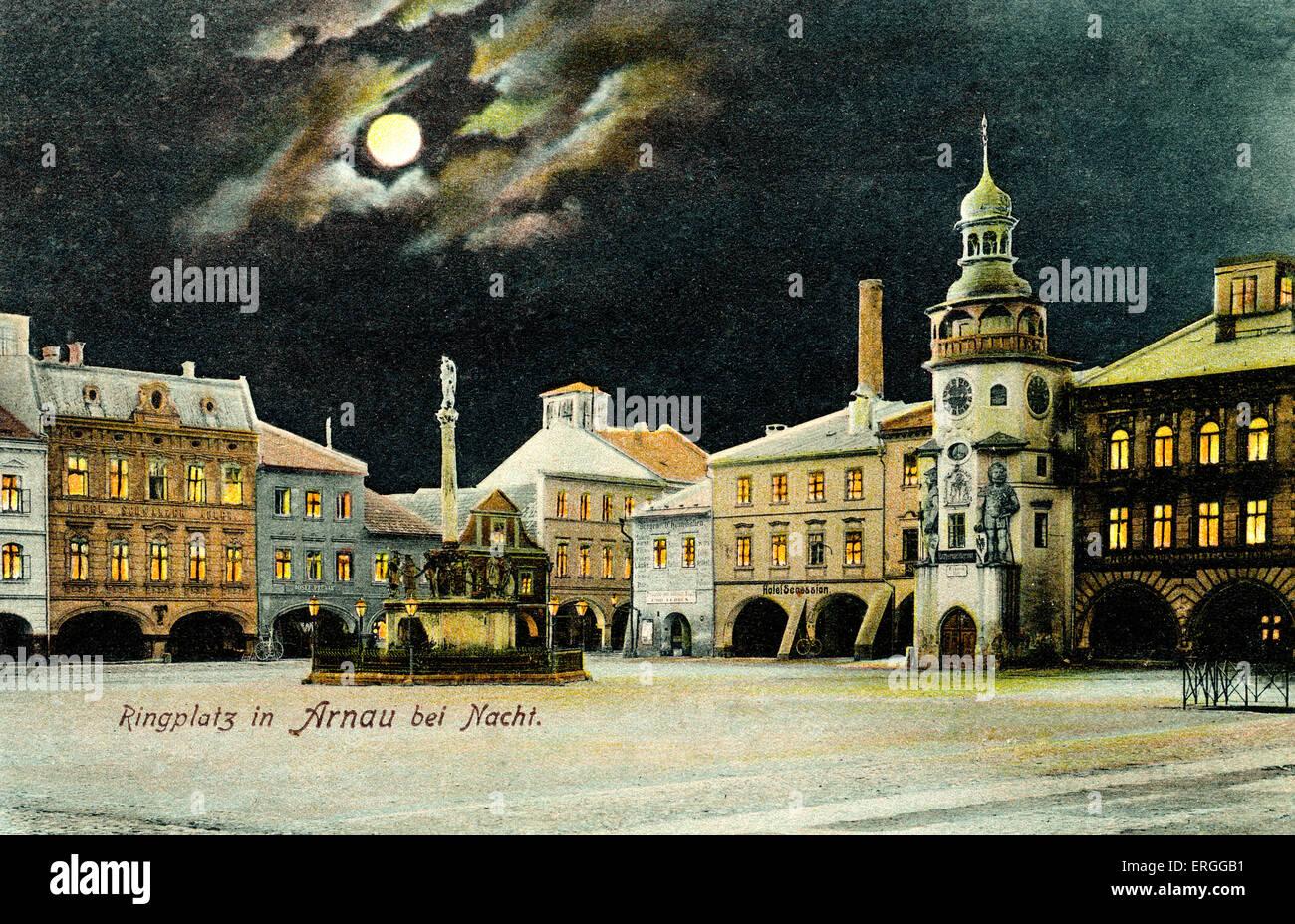 Platz in Hostinné (Deutsch: Arnau) bei Nacht. Anfang des 20. Jahrhunderts. Heutigen Tschechien. Stockbild
