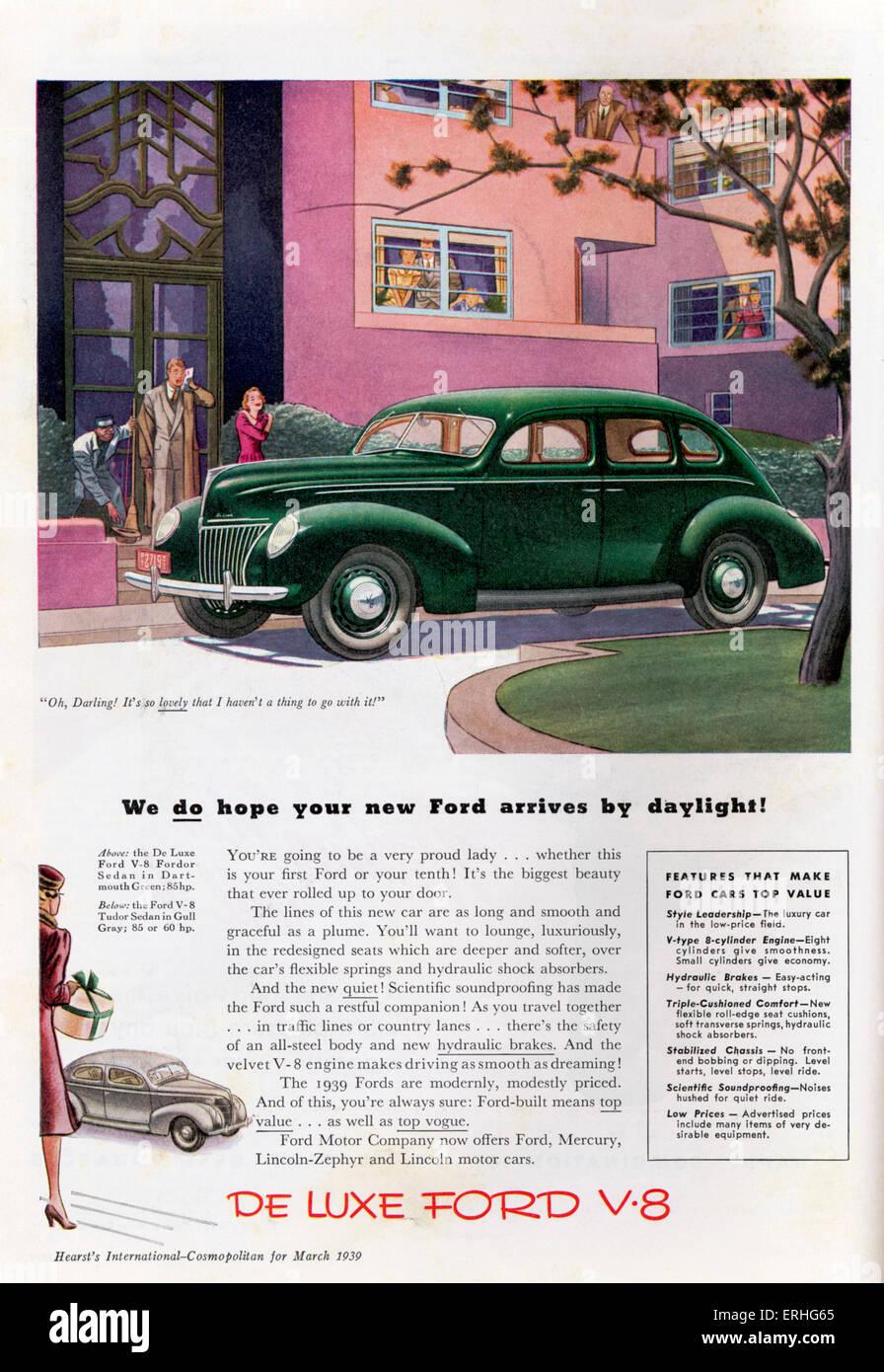 Ford Motor Company - Werbung für die Ford-V8-Limousine. Ein paar schauen Sie sich das Auto wie die Frau sagt Stockbild