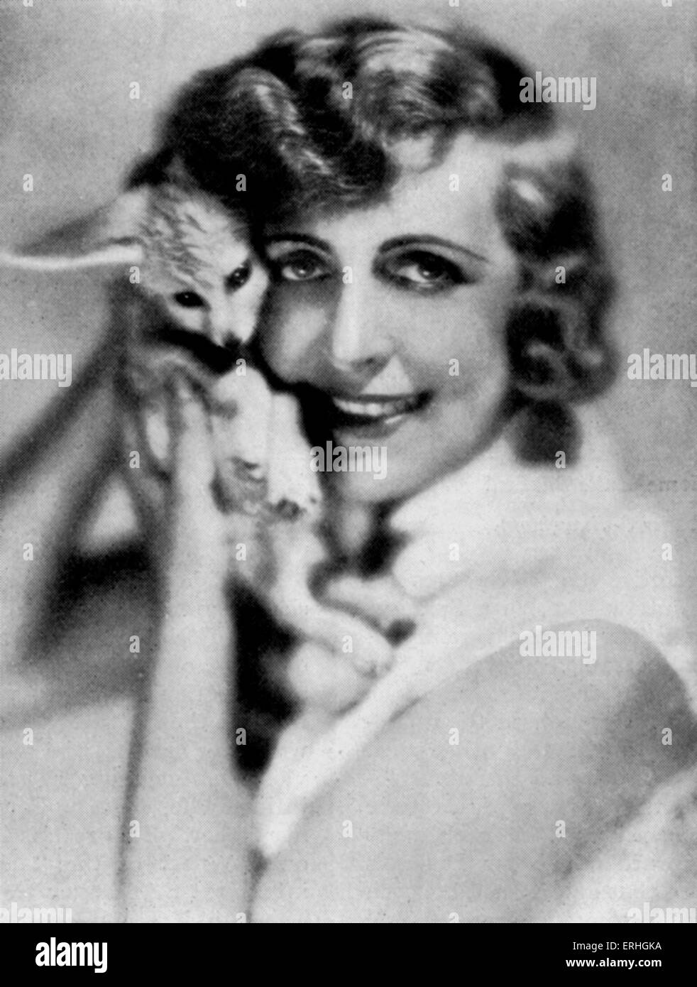 Hedwig (Vicki) Baum - Porträt des österreichischen Schriftsteller und Romancier mit einem kleinen Hund, Stockbild