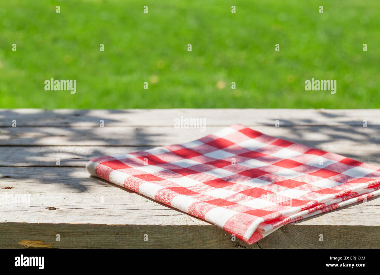 Leer Aus Holz Gartentisch Mit Tischdecke Mit Grunen Bokeh
