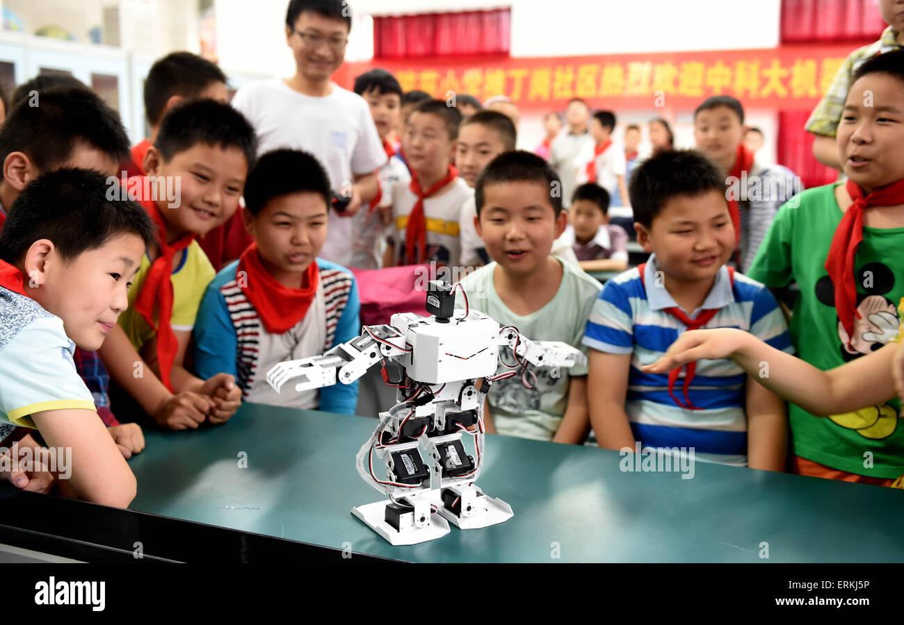 Hefei, China Anhui Provinz. 4. Juni 2015. Schüler sehen einen Roboter tanzen an das Junyuan Primary School Stockbild