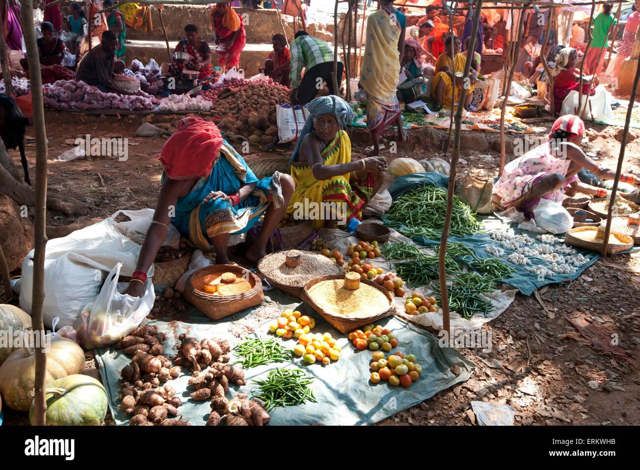 Gemüsestände in Mali Stammes-Wochenmarkt, Guneipada, Koraput Bezirk, Orissa (Odisha), Indien, Asien Stockbild