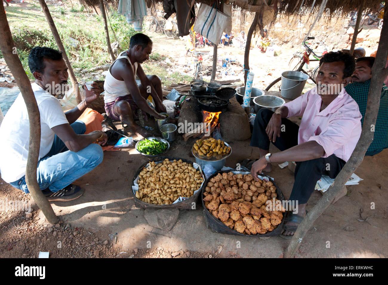Bhaji und herzhaften Snack Stall in Mali Stammes-Wochenmarkt, Guneipada, Koraput Bezirk, Orissa (Odisha), Indien, Stockbild