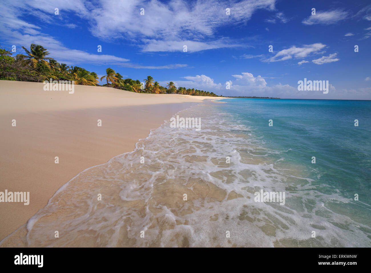 Menschenleeren Strand von K-Club, befindet sich nicht weit vom Dorf geschlossen seit 2004, Barbuda, Antigua und Stockbild