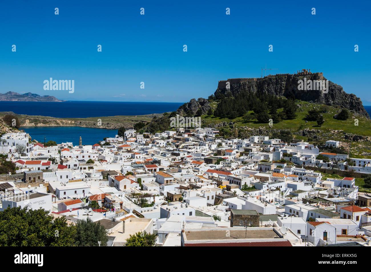 Panoramablick auf schönen Lindos Dorf mit seiner Burg (Akropolis), Rhodos, Dodekanes-Inseln, griechische Inseln, Stockbild