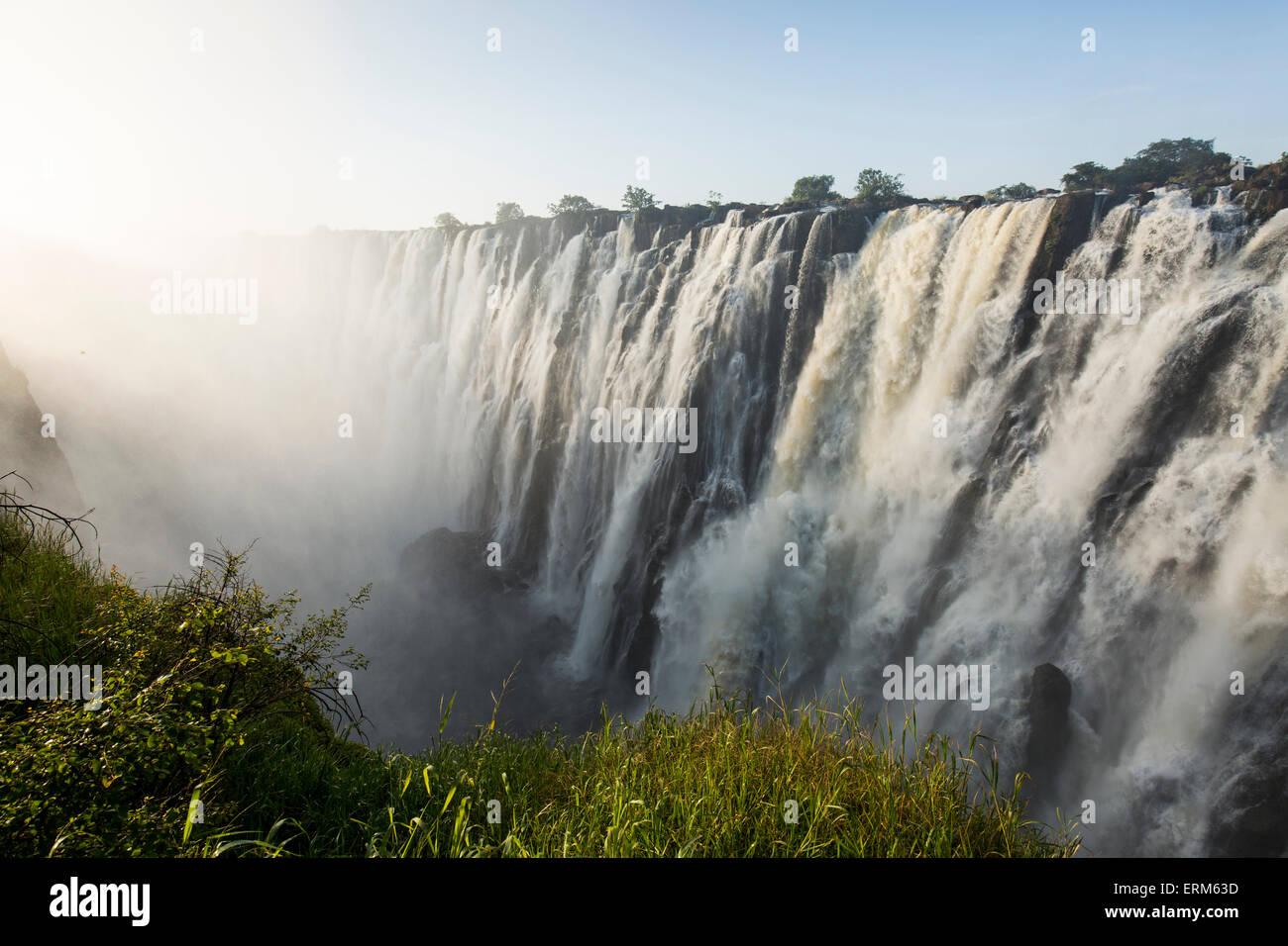 Afrika, Sambia, Mosi-Oa-Tunya Nationalpark, untergehende Sonne leuchtet Eastern Katarakt Viktoriafälle Stockfoto