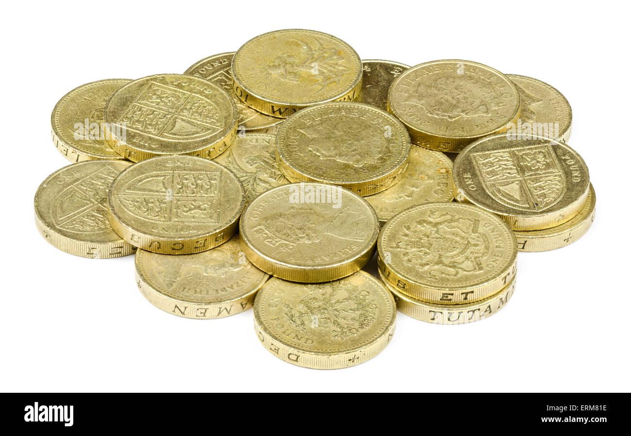 Haufen von 1 Pfund-Münzen, die Währung im Vereinigten Königreich, auf einem weißen Hintergrund. Stockbild