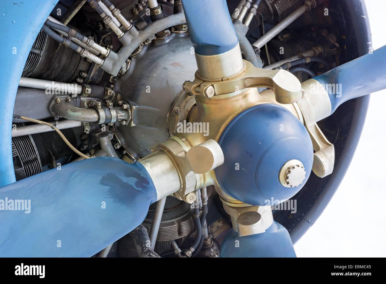 Das Fragment, Schrauben und motor alten Flugzeug Nahaufnahme. Stockbild