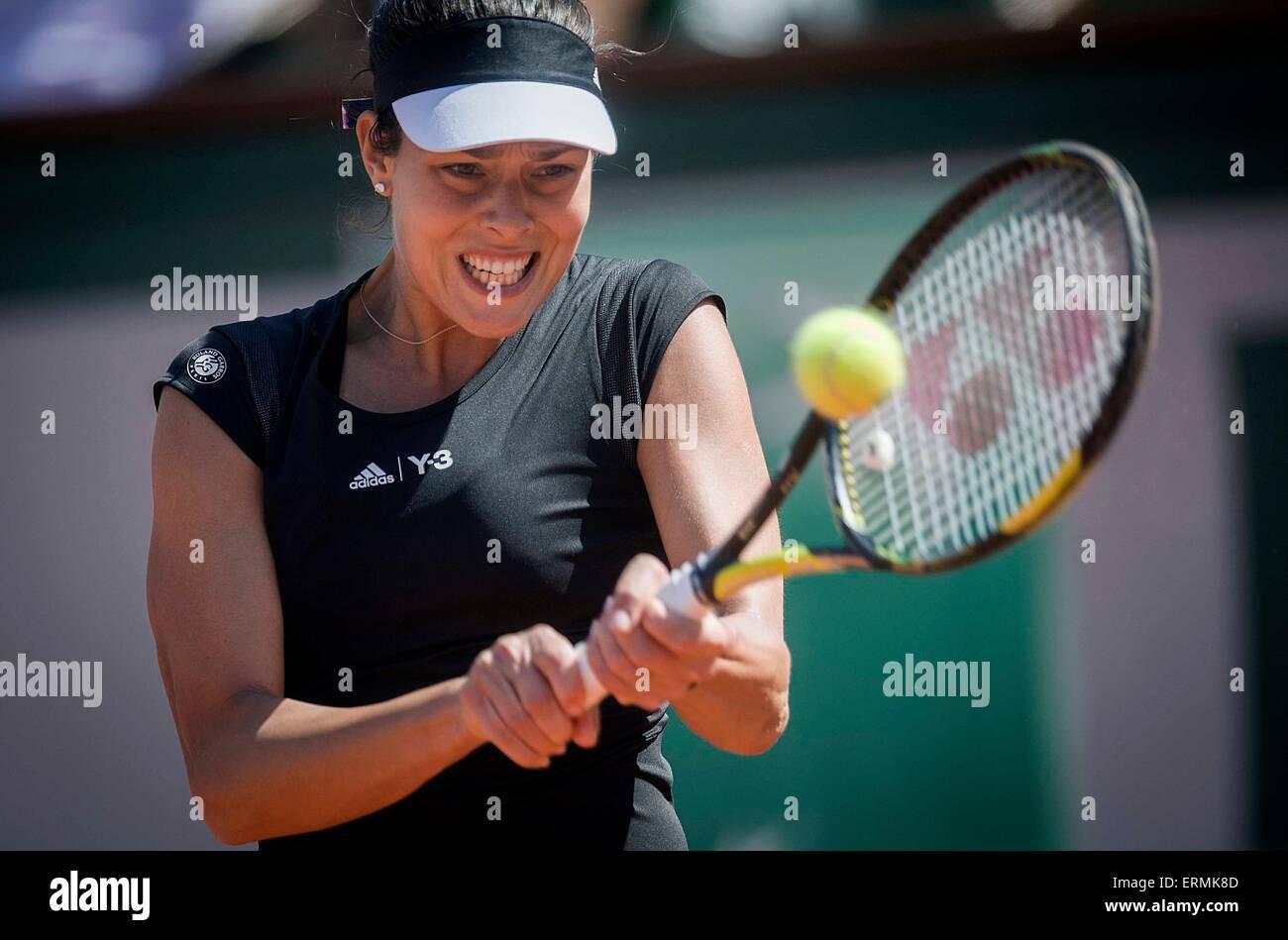 Paris. 4. Juni 2015. Ana Ivanovic Serbiens kehrt der Ball zu Lucie Safarova der Tschechischen Republik, während Stockbild