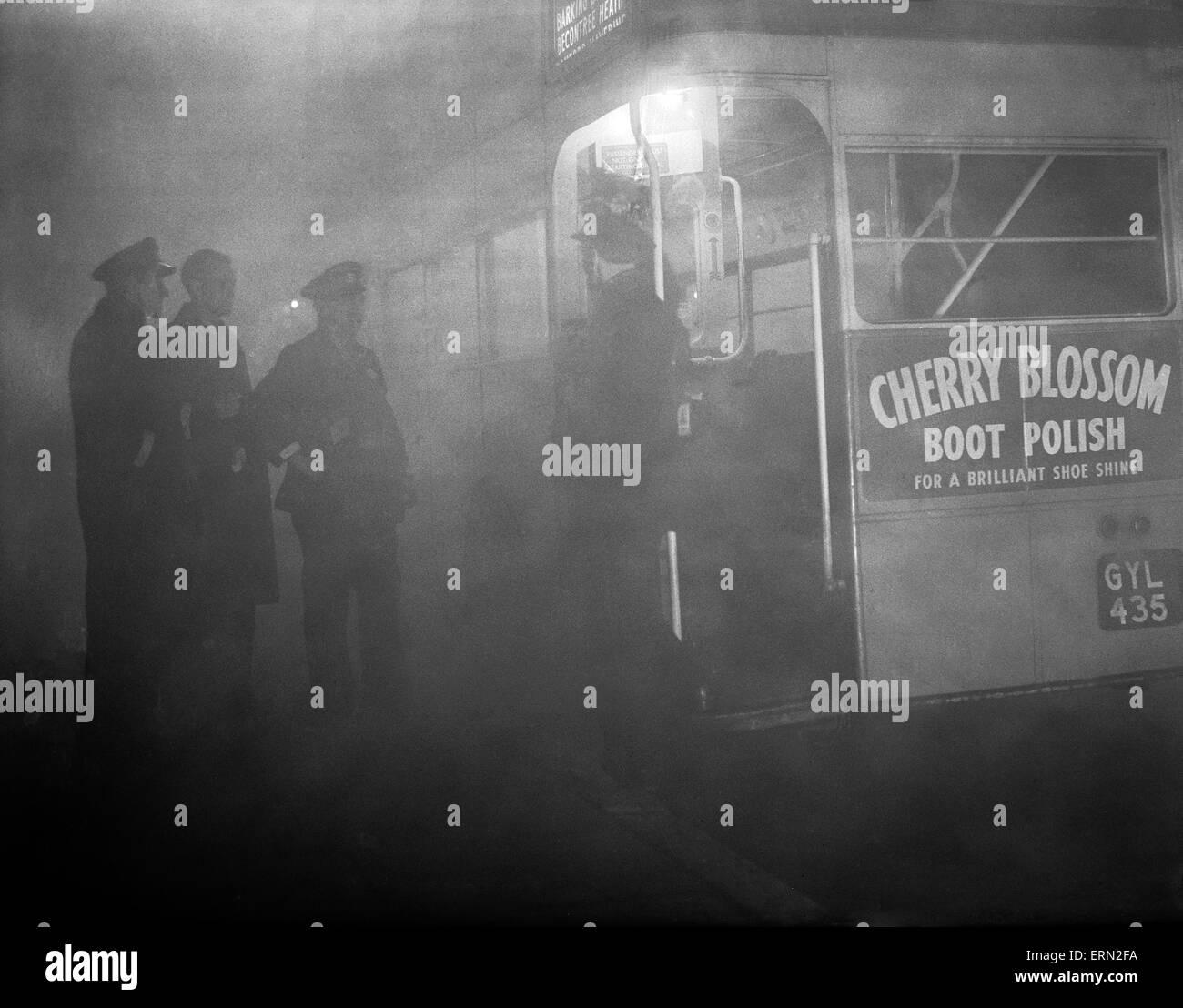 London-Bus im Nebel, 20. November 1949. Stockfoto