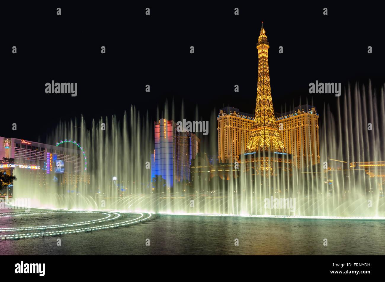 Bellagio Springbrunnen und Paris Hotel, Nachtbeleuchtung am Las Vegas Strip Stockfoto