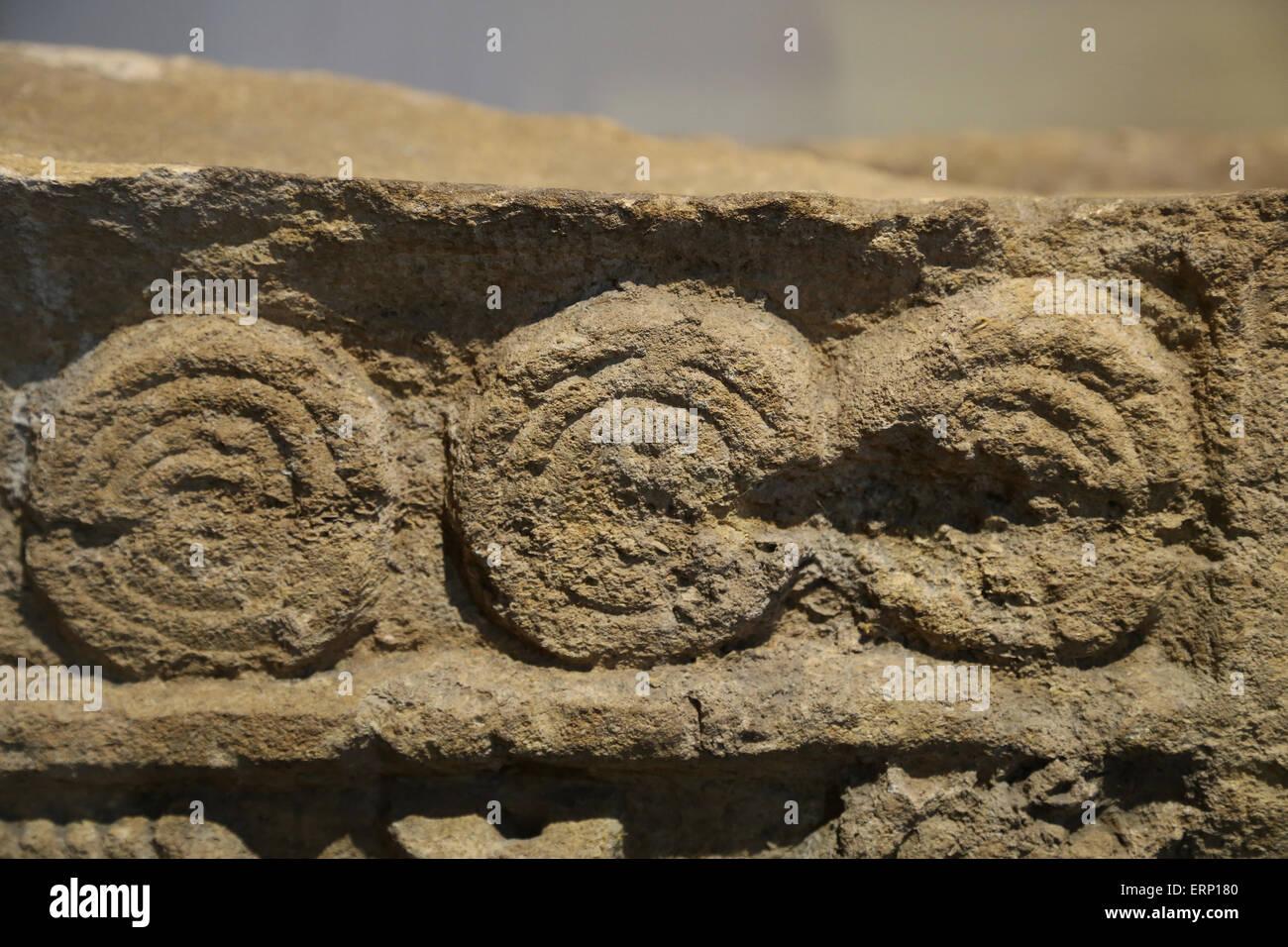 Relief zeigt das Innere eines Archiv oder Bibliothek. Aus Buzenol, Belgien. Kalkstein. 2. bis 3. Jahrhundert n. Stockbild