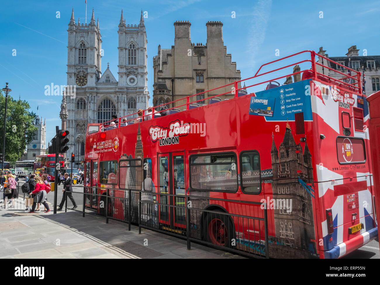 London City Sightseeing open top tour bus mit Westminster Abbey im Hintergrund, London, England, Großbritannien Stockbild