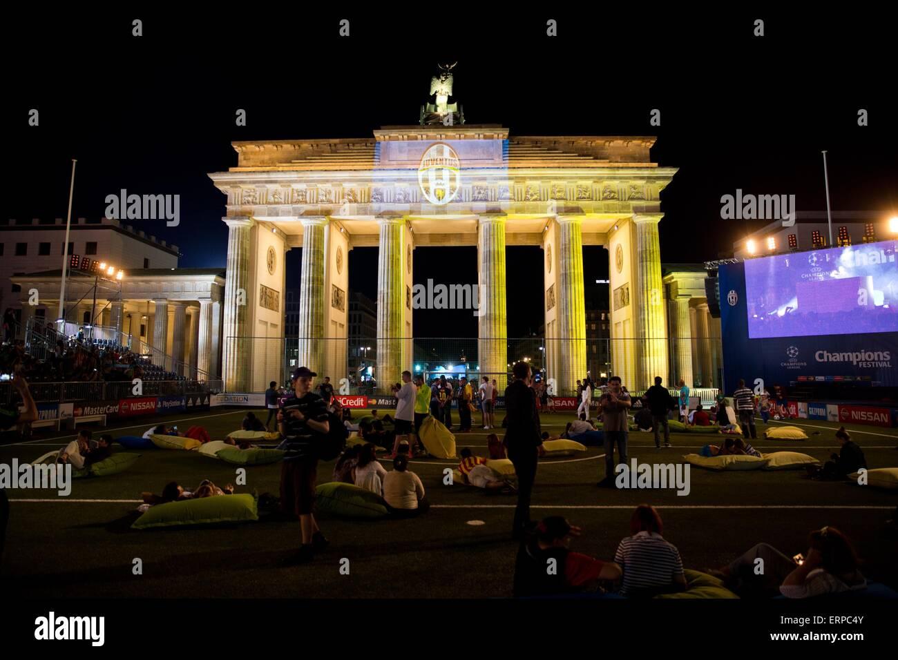 Brandenburger Tor wird mit den Farben des FC Barcelona Team-Flaggen, Berlin, Deutschland 5. Juni 2015 beleuchtet. Stockbild