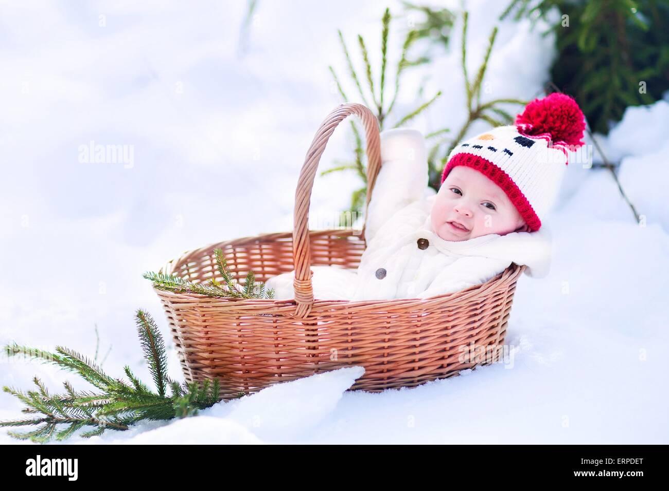 Lustige happy Baby junge trägt ein warmer Schneeanzug und einen ...
