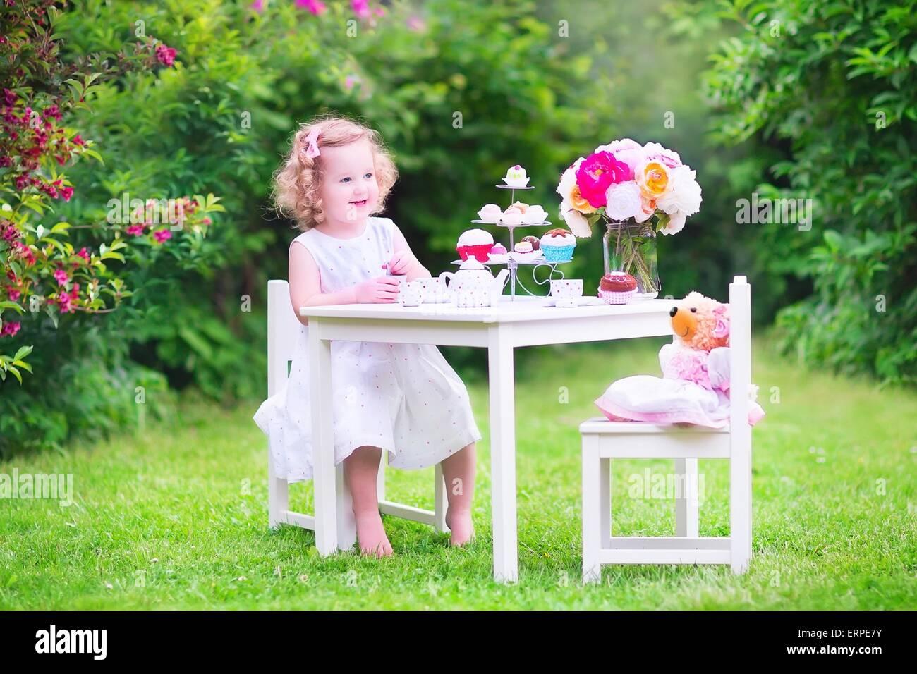 Entzückende kleinkind mädchen an ihrem geburtstag spielen