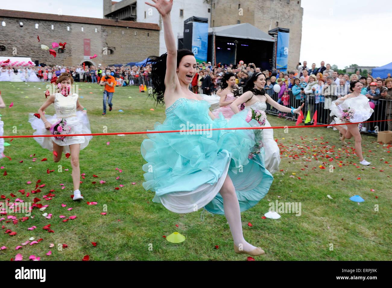 Narva, Estland. 6. Juni 2015. Frauen im Brautkleid teilnehmen außer ...