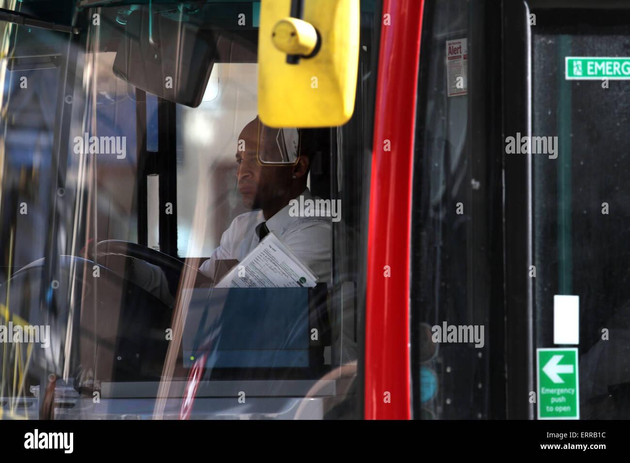 London Bus Fahrer stecken im Stau fahren rot Stockbild
