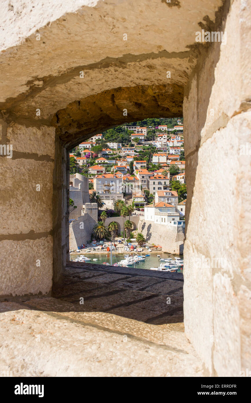Blick durch die Fenster in der dicken Dubrovnik Stadtmauer ...