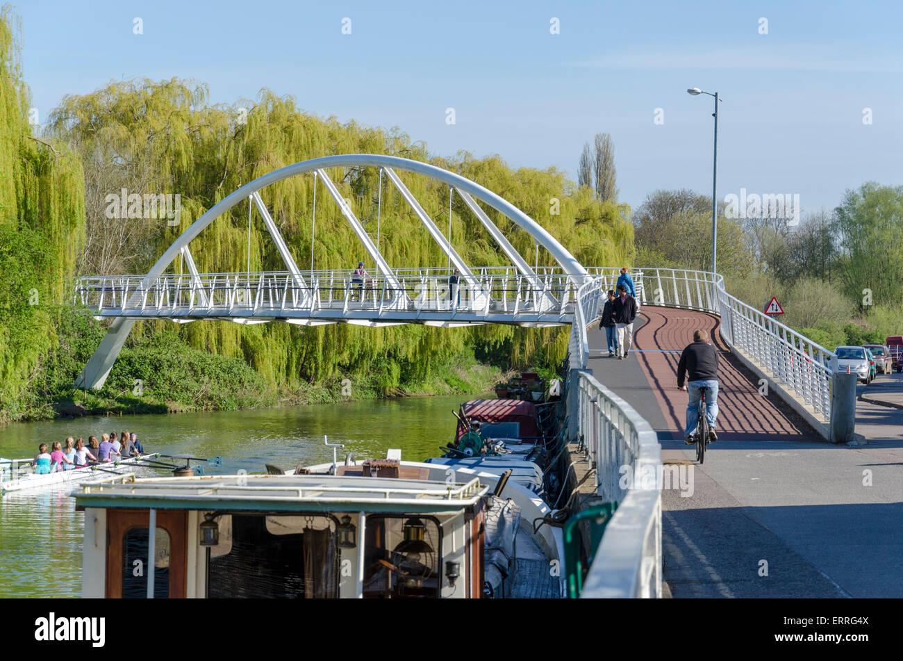 Riverside-Brücke. Fuß- und Brücke eröffnet 2008 kostet £3. 1m, teilweise finanziert durch Tesco Stockfoto