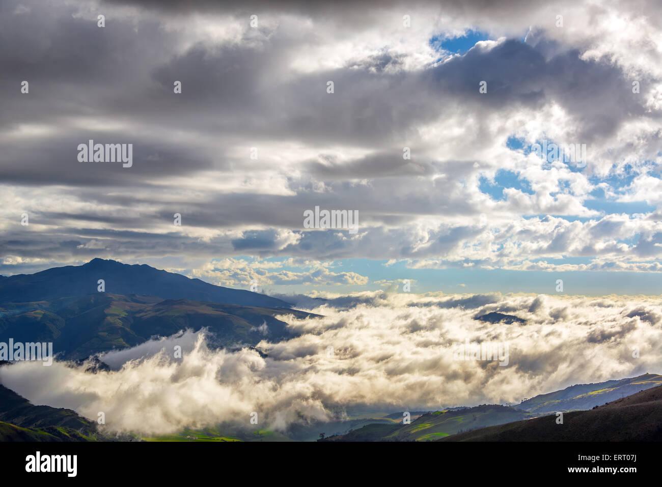 Wolkengebilde Aussicht auf die Hügel am Stadtrand von Quito, Ecuador Stockbild