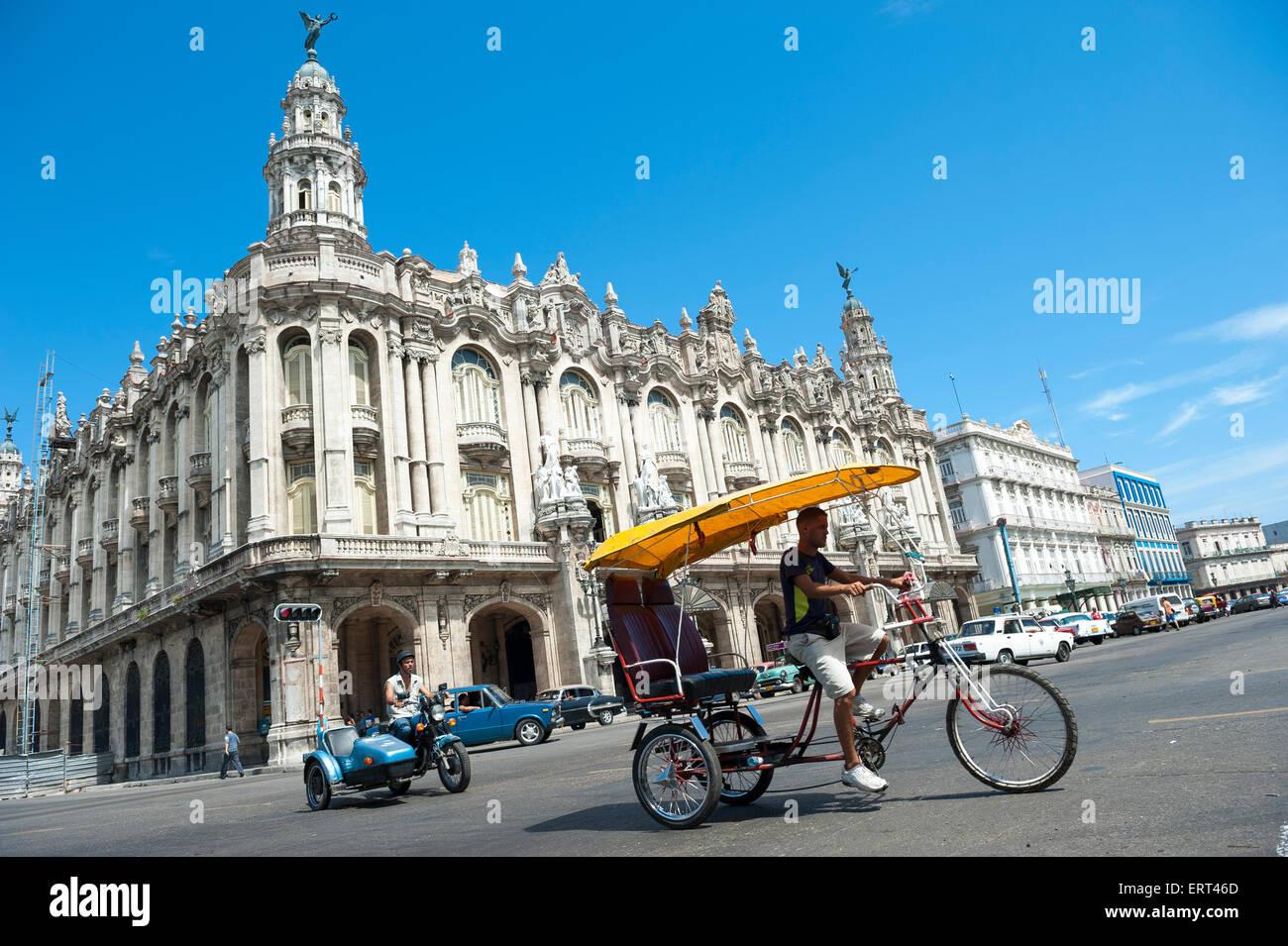 Havanna, Kuba - Juni 2011: Fahrrad-Taxi als ein Bicitaxi Pedale hinter der großen Theater Wahrzeichen bekannt. Stockbild