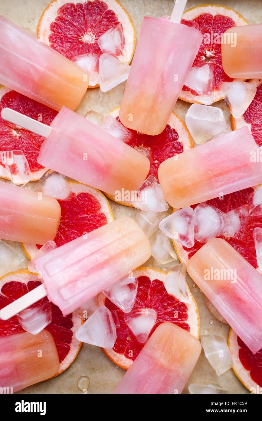 Fruchtiger Eis am Stiel mit Eis und bloodorange Stockbild