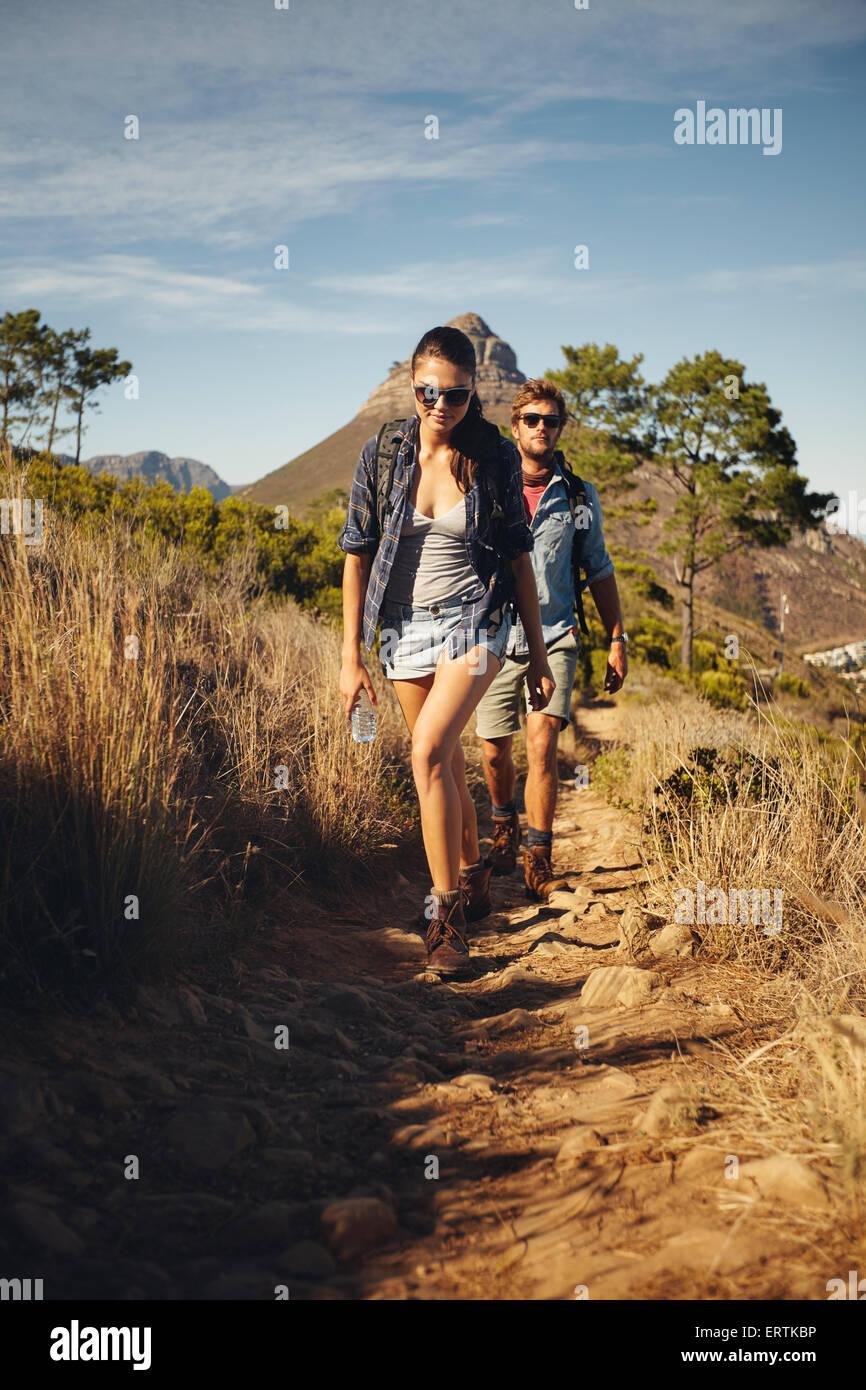 Junges Paar trekking zusammen, Sommerurlaub in Landschaft an einem sonnigen Tag. Kaukasische Wanderer-paar zu Fuß Stockbild
