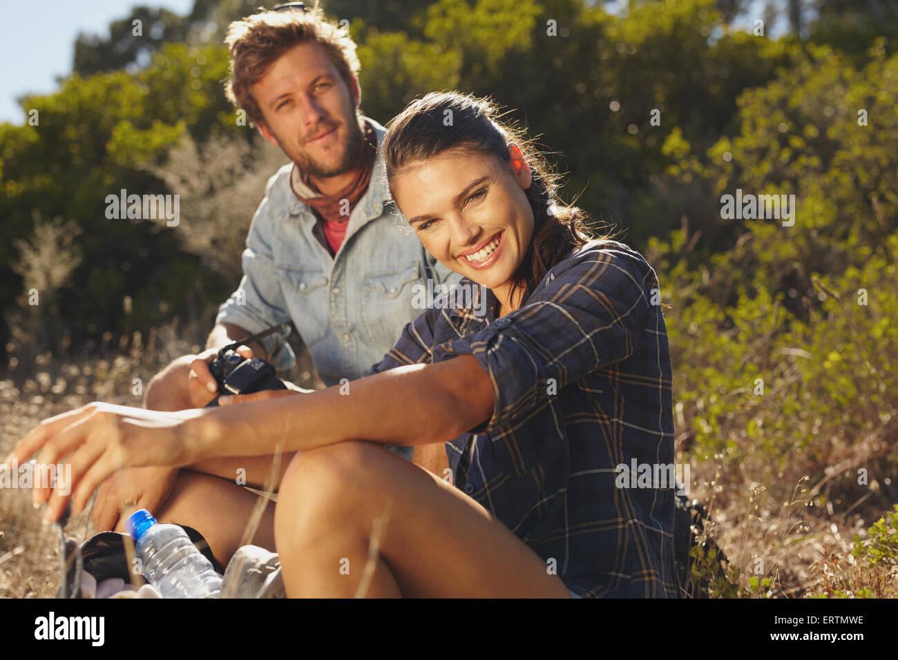 Porträt der glückliche junge Frau mit ihrem Freund eine Pause auf einer Wanderung. Wandern im Sommerurlaub, Stockbild