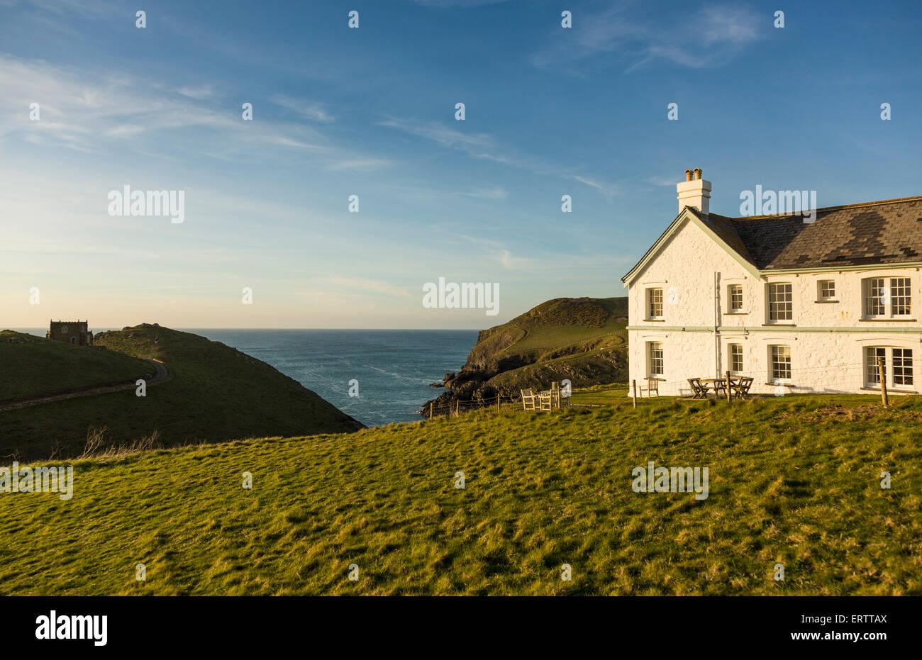 Haus am meer bei sonnenuntergang  Klippeneffekte Schloss am Vorgewende und Haus mit Blick aufs Meer ...