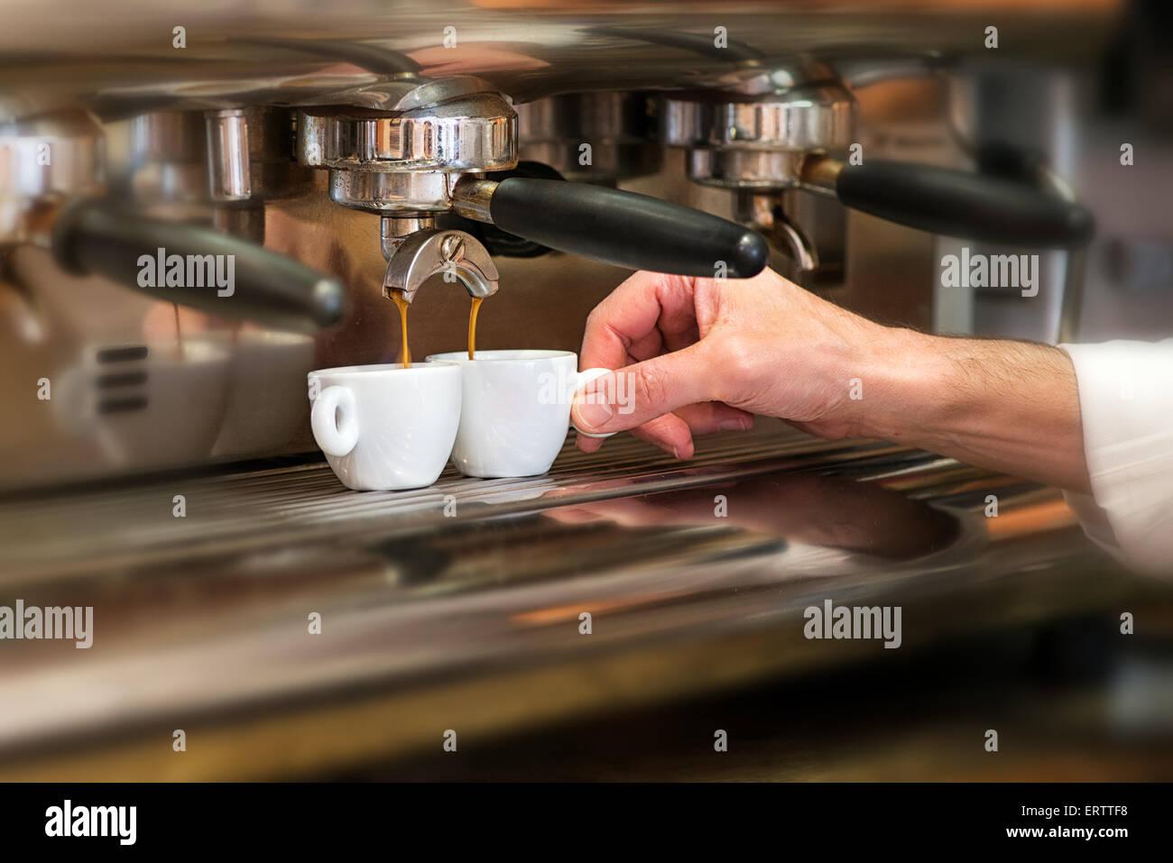 Nahaufnahme der Hand eines Mannes arbeitet in einem Kaffeehaus, die Zubereitung von Espressokaffee Stockbild