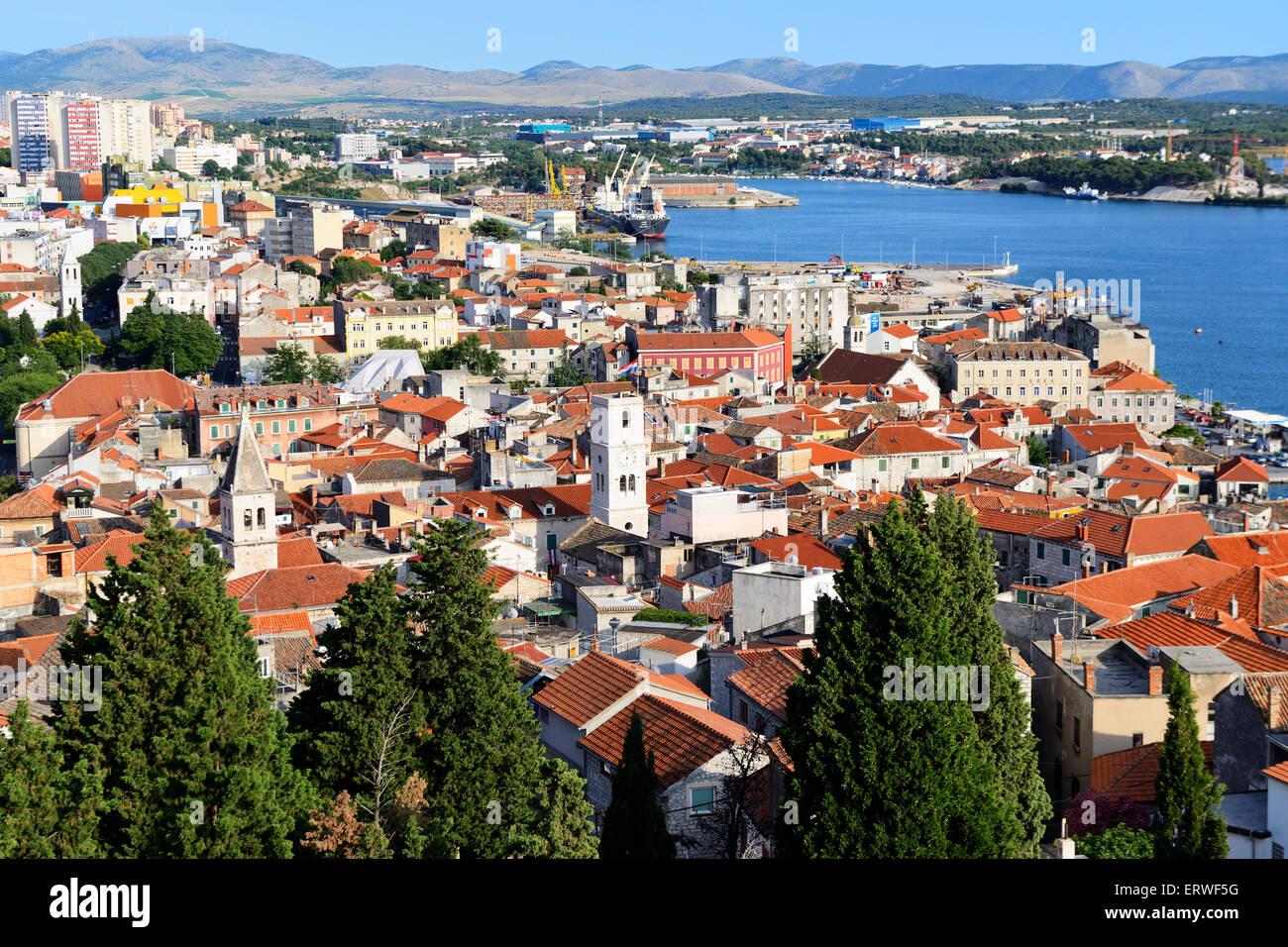 Ansicht von Sibenik aus mittelalterlichen Festung St. Michael (ehemals St. Anne) auf dalmatinischen Küste von Stockbild