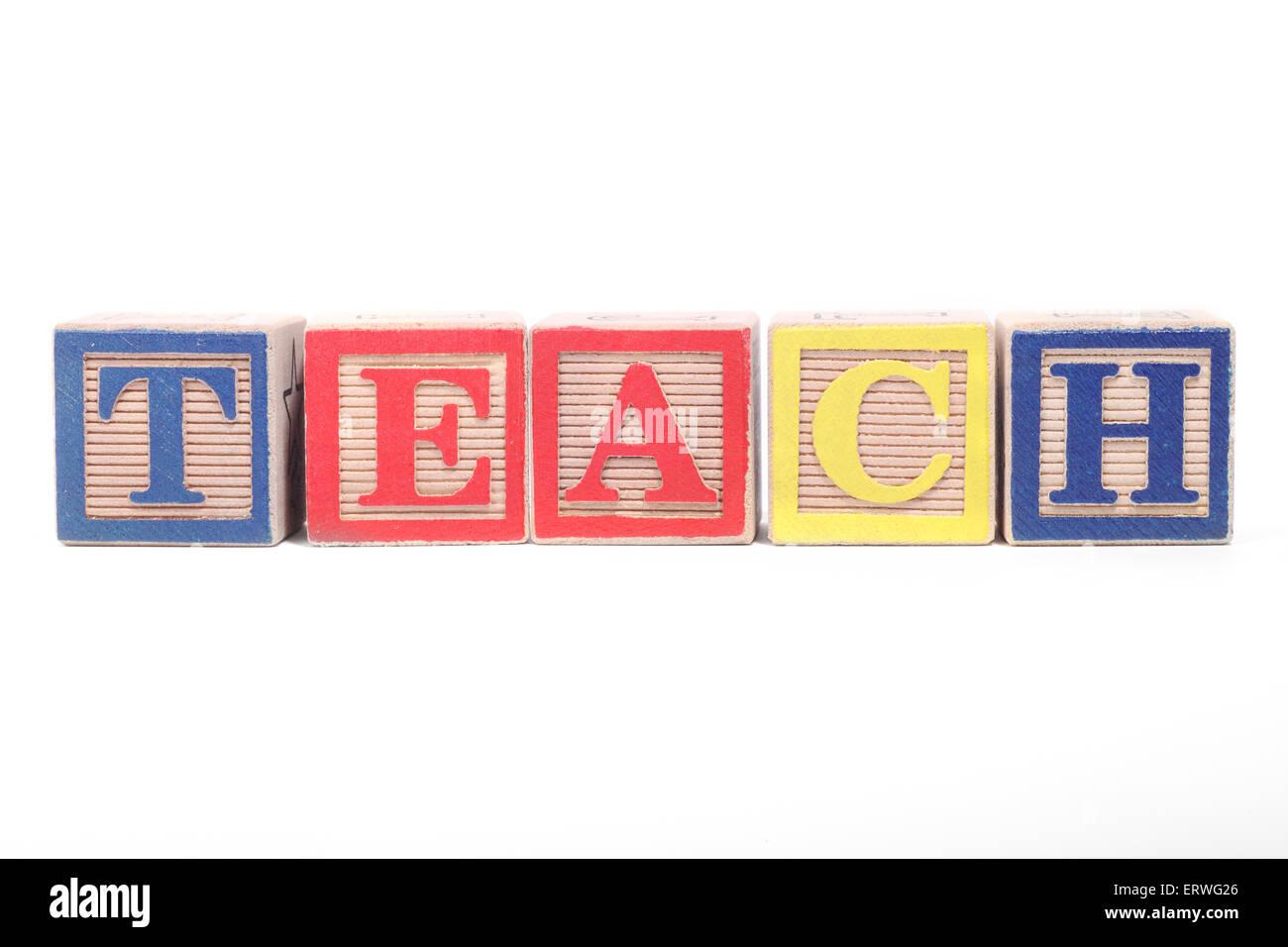 Das Wort 'TEACH' ausgeschrieben mit Kinder Bausteine Stockbild