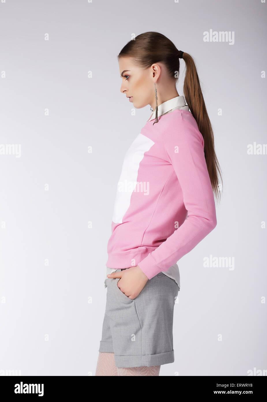 Stilvolle Mädchen in kurzen Hosen posiert im Studio Stockbild