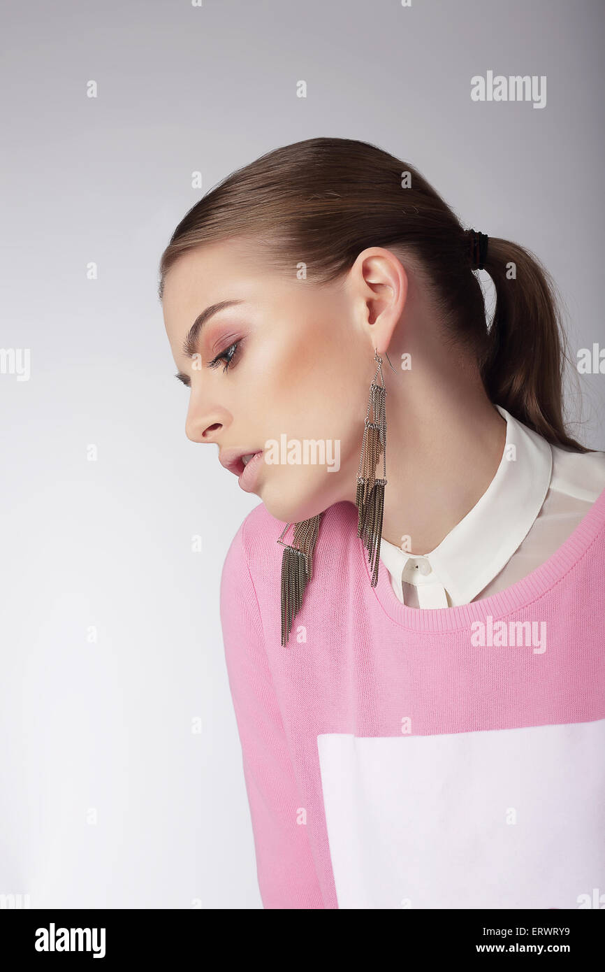 Sentimental verträumte Frau in rosa Bluse Stockbild