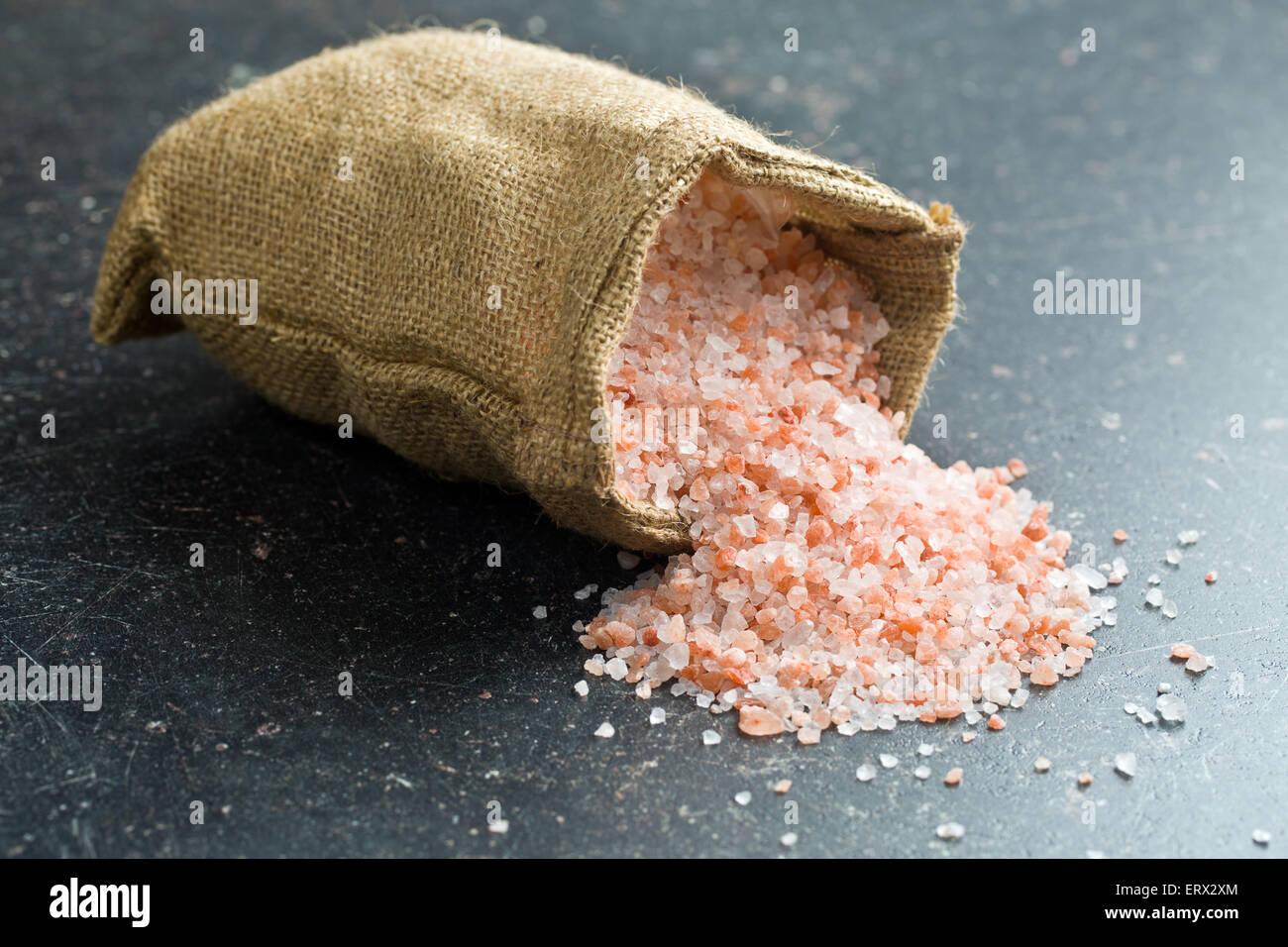 Himalaya-Salz in Jute-Tasche Stockbild