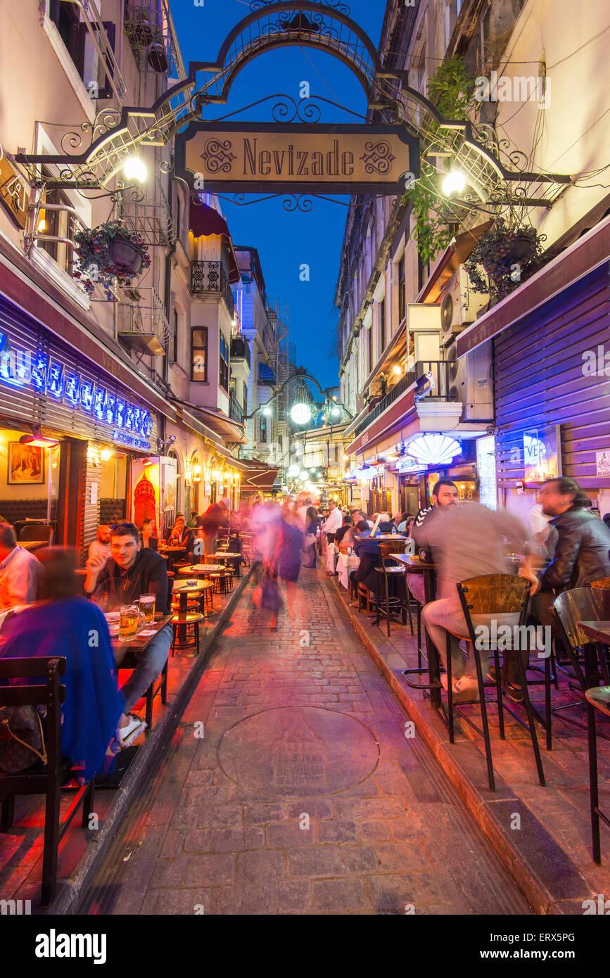 Nachtleben in Nevizade Straße, Beyoglu, Istanbul, Türkei Stockbild