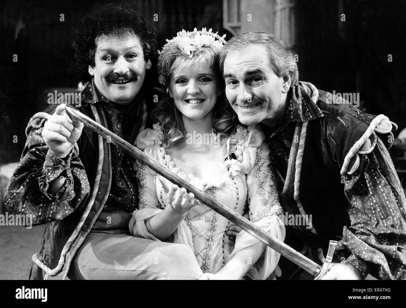 """Kanone und Ball star so bösen Räuber in """"Babes in the Wood"""" in Birmingham Hippodrome. Das Duo Stockbild"""