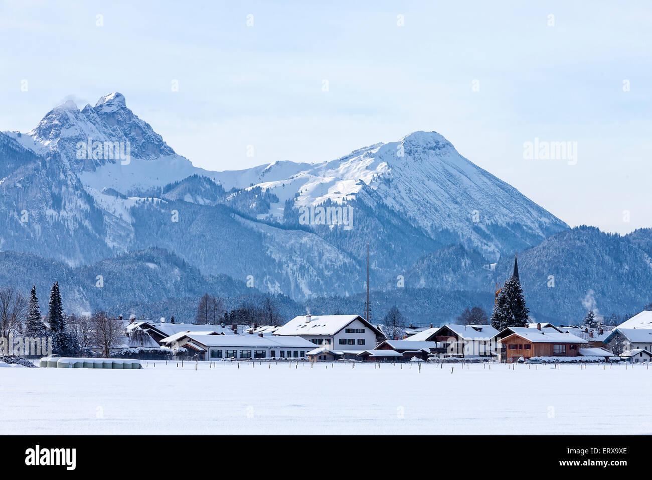 ski resort-dorf in deutschland alpen mit schnee stockfoto, bild