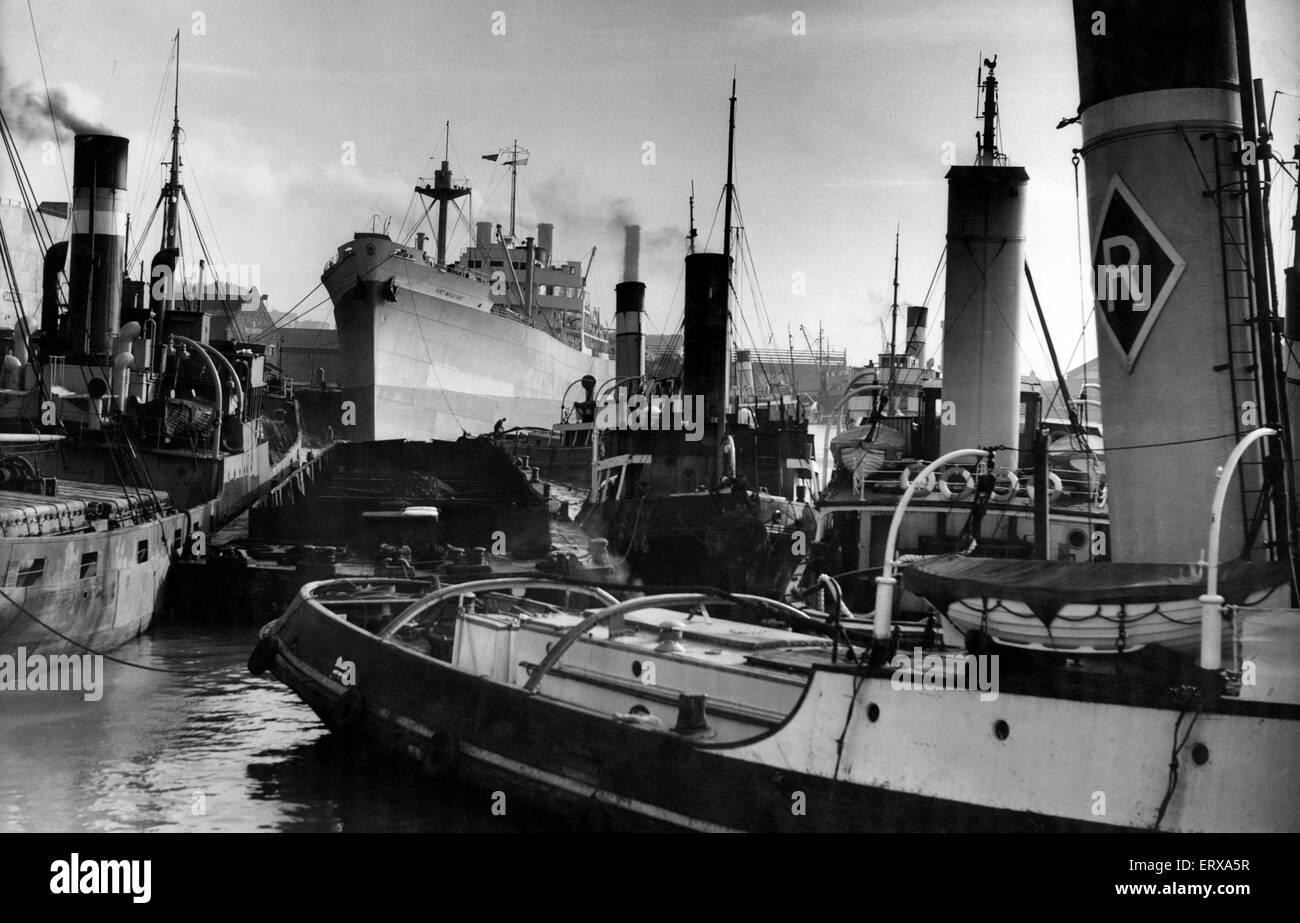 Eine überfüllte Szene am Sandon halbe Tide Dock, Liverpool. 9. März 1956. Stockbild