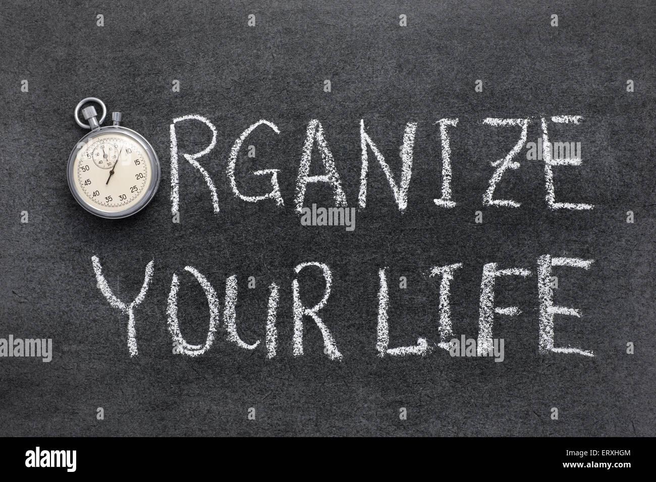 organisieren Sie Ihr Leben-Satz handschriftlich auf Tafel mit Vintage präzise Stoppuhr verwendet anstelle von Stockbild