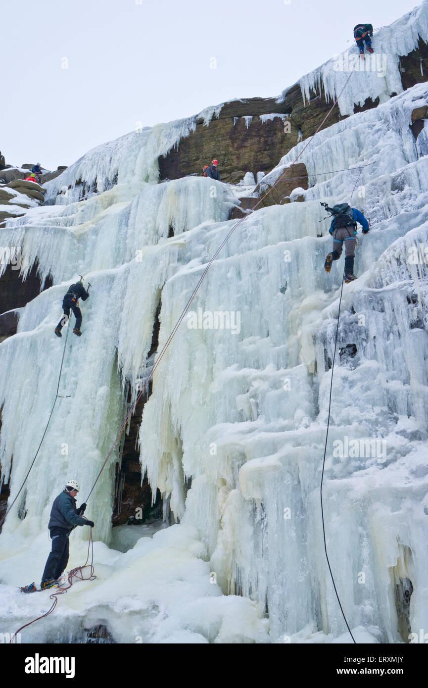 Eiskletterer klettern einen gefrorenen Wasserfall Kinder Untergang auf Kinder Scout Derbyshire Peak District England Stockbild