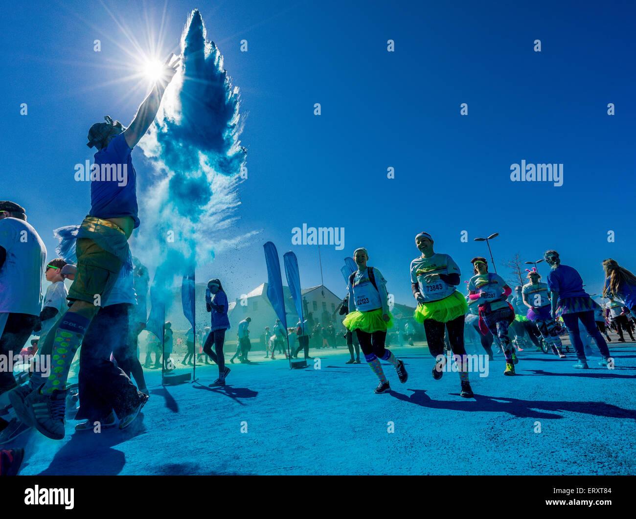 """Die Farbe laufen, Reykjavik, Island. """"Glücklichste 5k run auf dem Planeten"""". Dies war die erste Farbe Stockbild"""