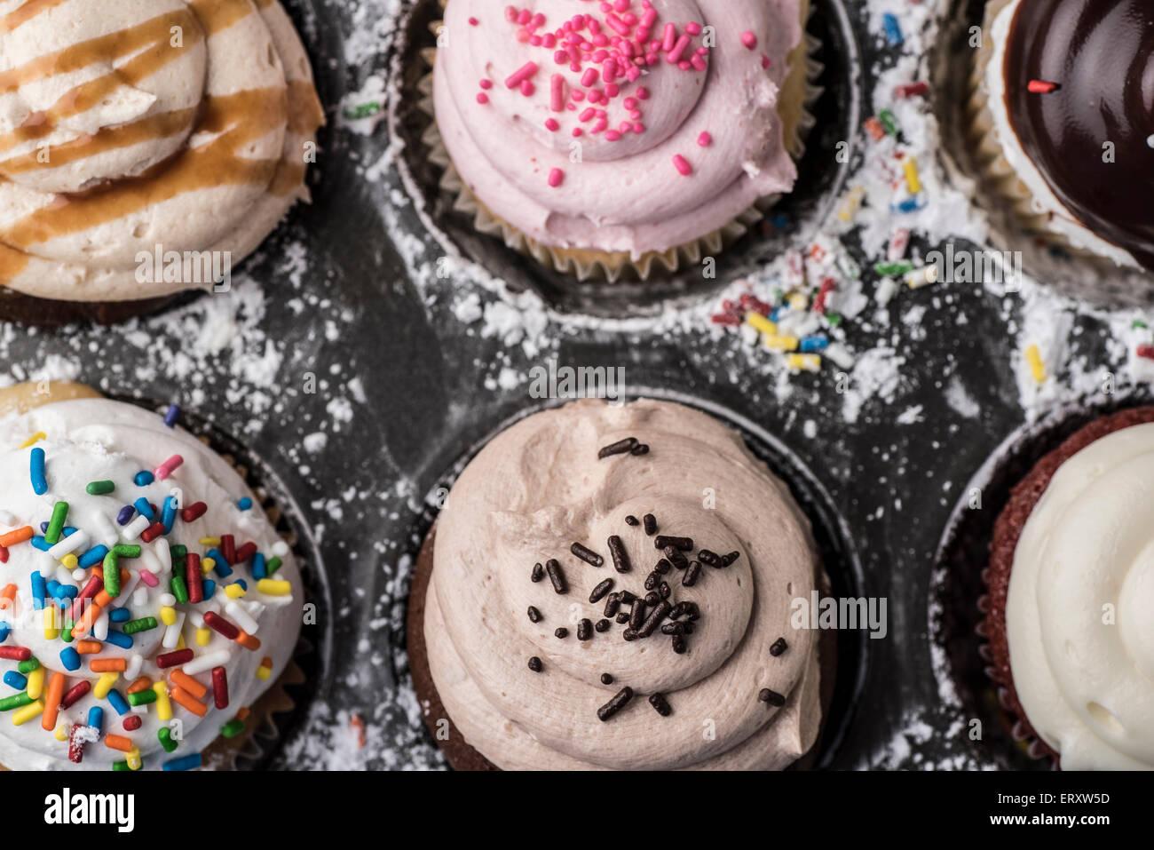 In einer Pfanne mit Puderzucker und Streusel Muffins Stockbild