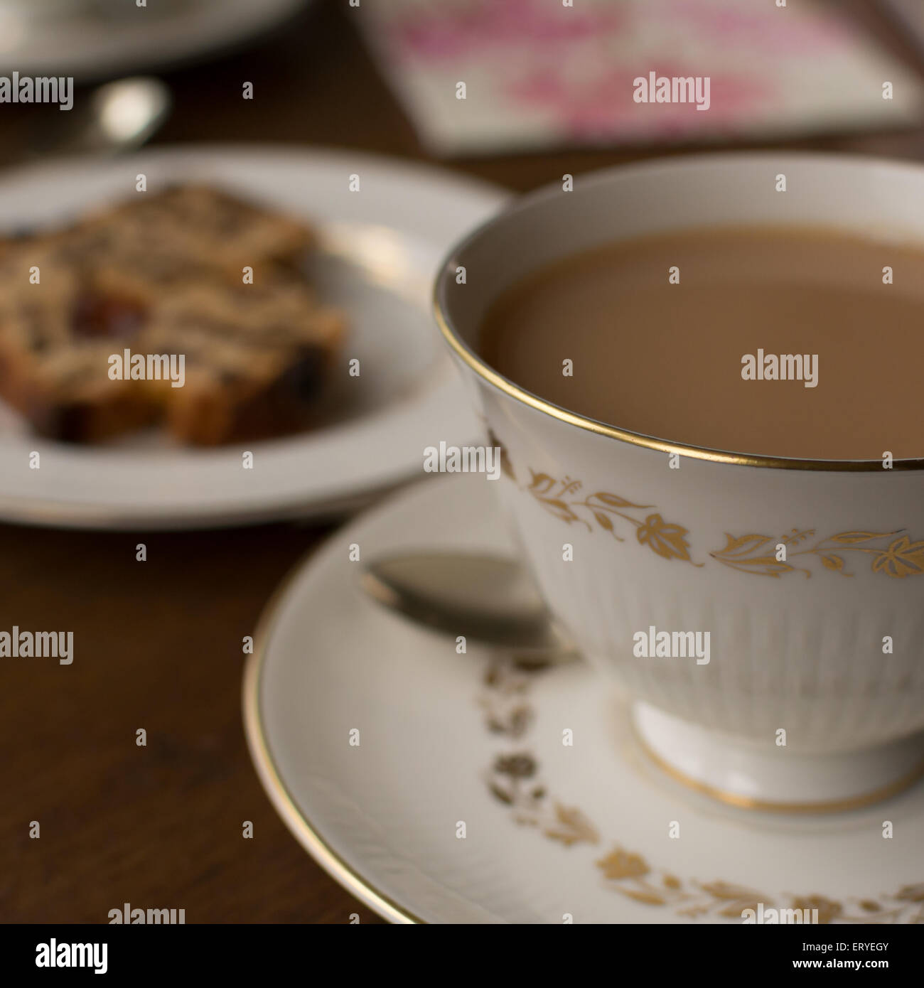 Tee in feine Porzellan Teetasse mit Obst Kuchen Stockbild