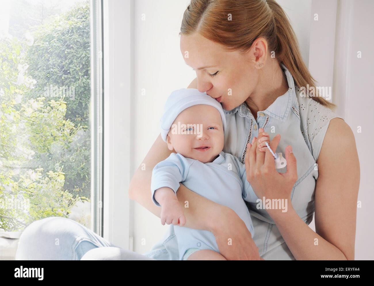 Mutter und ihr Neugeborenes, Mutterschaft Konzept, weiches Bild schöne Familie Stockbild