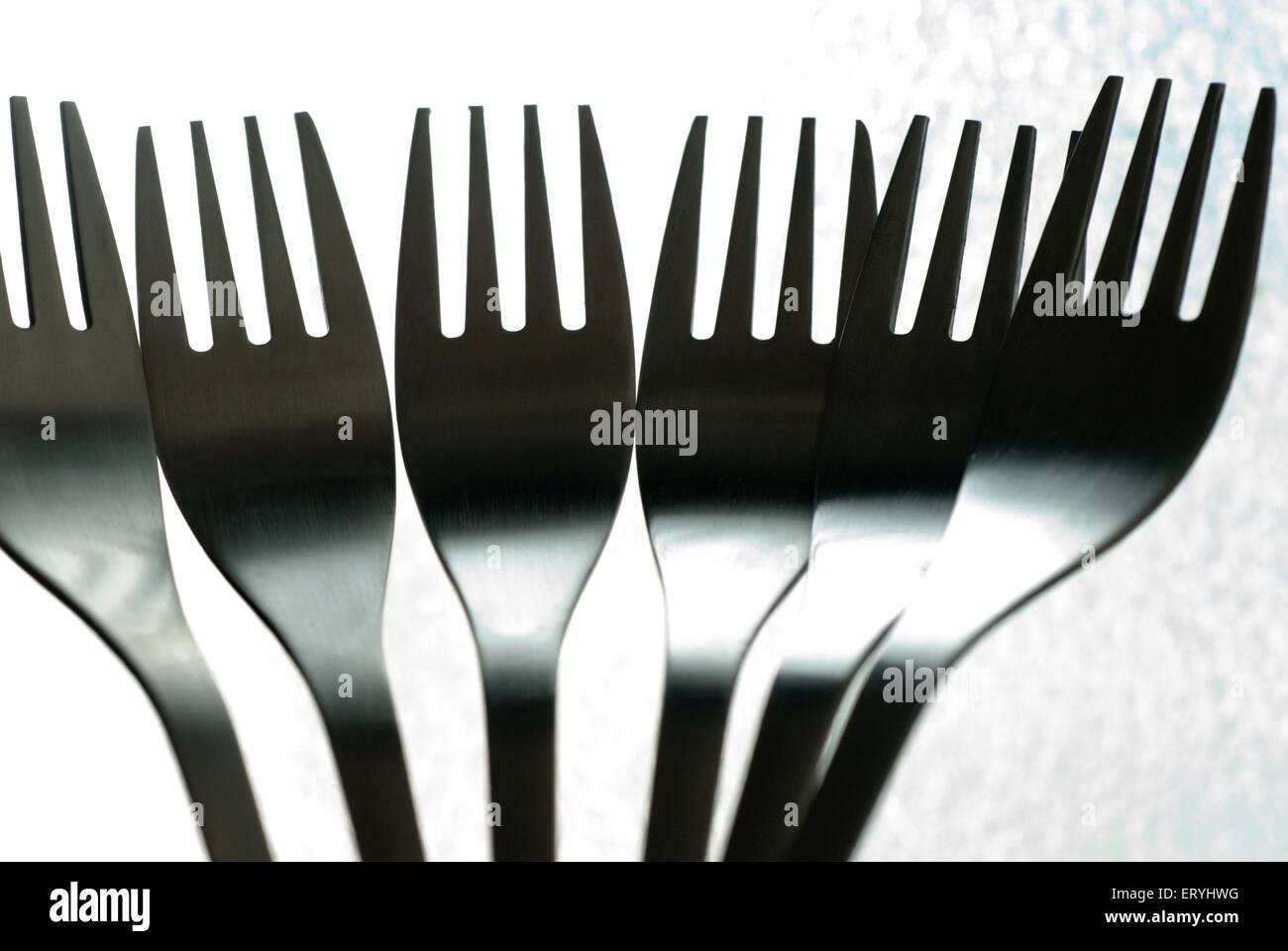 Edelstahl Küchengerät Gabeln auf hellem Hintergrund Stockbild