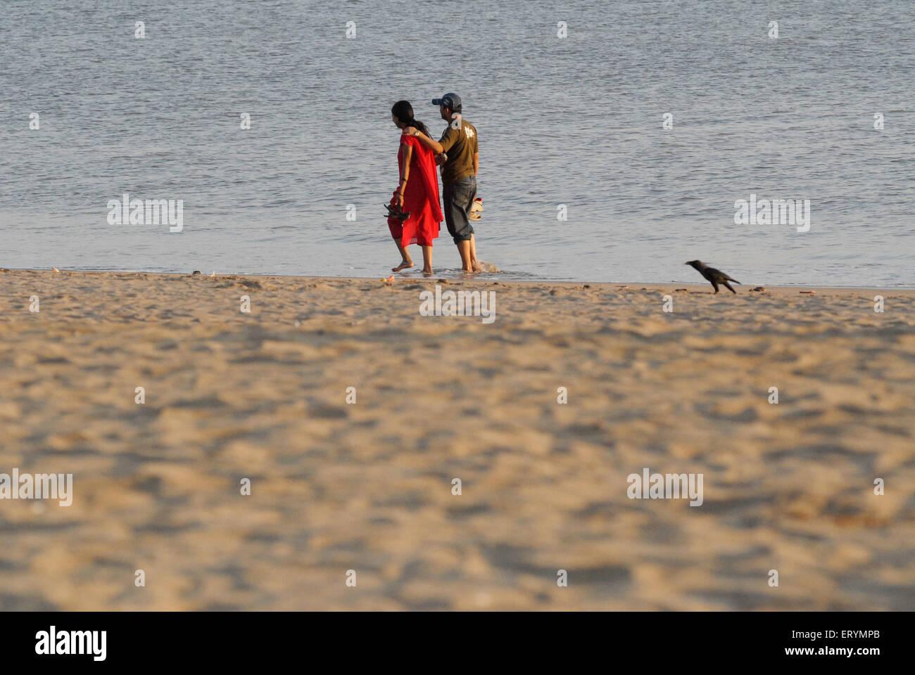 Paar Girgaum Chowpatty Beach spazieren; Bombay; Mumbai; Maharashtra; Indien Stockbild