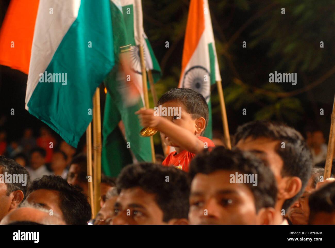 Anwohner feiern Unabhängigkeitstag mit Tricolor indische Flagge um Mitternacht am 15. August im Sambaji Maidan; Stockbild