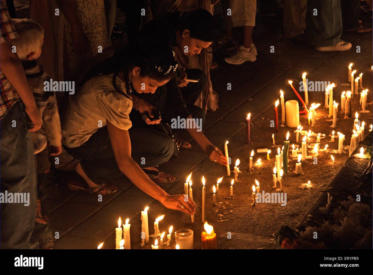 26/11 Mumbai Terroranschlag 2008 , Kerzen für Opfer , Taj Mahal Hotel , Colaba , Bombay , Mumbai , Maharashtra , Stockfoto